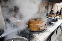 CHINA, province Xinjiang, market day in uighur village Jin Erek near city Kashgar where uyghur people are living / CHINA Provinz Xinjiang , Markttag in Jin Erek einem uigurischen Dorf bei Stadt Kashgar, hier lebt das Turkvolk der Uiguren , die sich zum Islam bekennen, Garkueche verkauft Teigtaschen