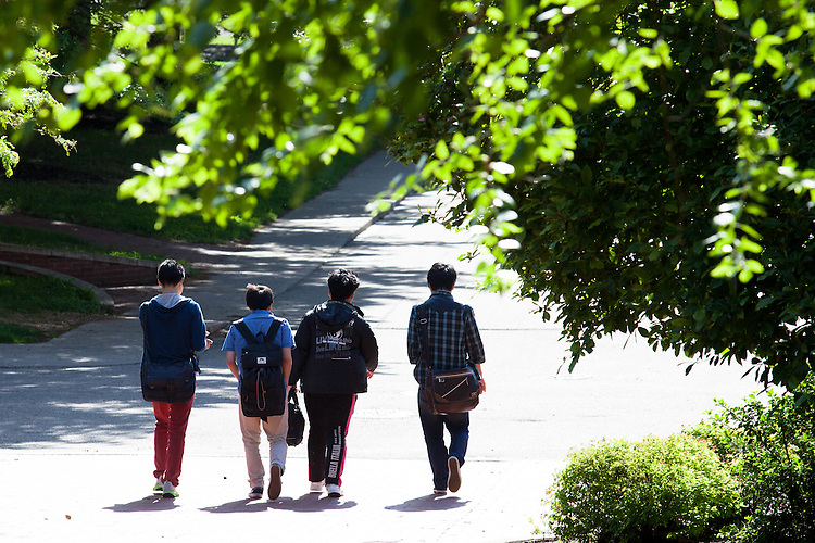 Students walk down Morton Hill. © Ohio University/ Photo by Kaitlin Owens