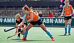 AMSTELVEEN  -  Evaline Janssens (Gro)  met Kitty van Male (A'dam) .  Hoofdklasse hockey dames ,competitie, dames, Amsterdam-Groningen (9-0) .     COPYRIGHT KOEN SUYK
