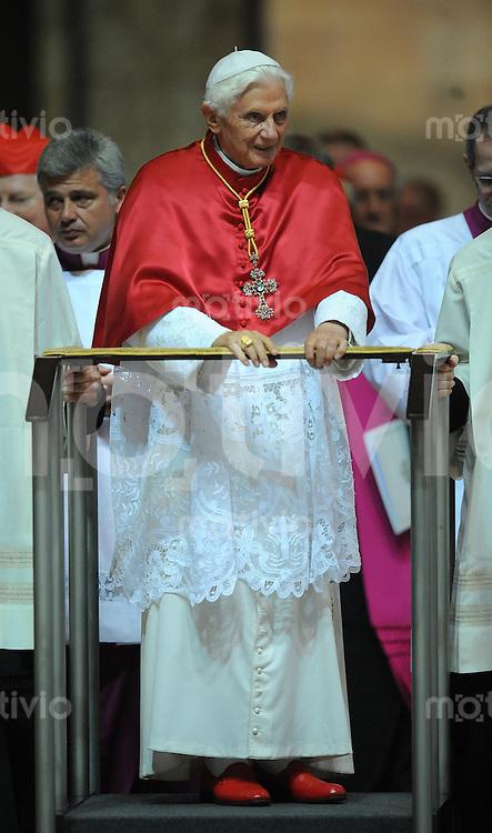 Mailand  02.06.2012 Papst Benedikt XVI im Mailaender Dom