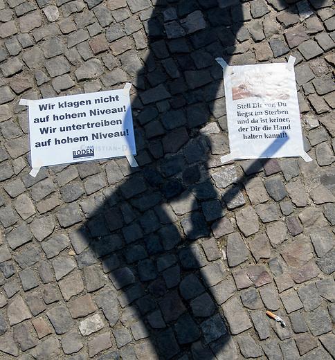 Pflege in Bewegung - Bundesweite Gefaehrdungsanzeige.<br /> Am Freitag den 12. Mai fand in Berlin die Abschlussveranstaltung der Aktionskampagne &bdquo;bundesweite Gefaehrdungsanzeige&ldquo; am Brandenburger Tor statt.<br /> Neben Redebeitraegen von Politik gab es es Statements von Initiatoren der Kampagne und Aktivisten der Pflegeszene, sowie Politiker der Linkspartei, der SPD und der Gruenen. Erstmals wurde das Strategiepapier &bdquo;Zukunft(s)Pflege&ldquo; oeffentlich vorgestellt.<br /> Im Anschlus wurden ueber 8.500 Unterschriften im Bundesgesundheitsministerium uebergeben.<br /> 12.5.2017, Berlin<br /> Copyright: Christian-Ditsch.de<br /> [Inhaltsveraendernde Manipulation des Fotos nur nach ausdruecklicher Genehmigung des Fotografen. Vereinbarungen ueber Abtretung von Persoenlichkeitsrechten/Model Release der abgebildeten Person/Personen liegen nicht vor. NO MODEL RELEASE! Nur fuer Redaktionelle Zwecke. Don't publish without copyright Christian-Ditsch.de, Veroeffentlichung nur mit Fotografennennung, sowie gegen Honorar, MwSt. und Beleg. Konto: I N G - D i B a, IBAN DE58500105175400192269, BIC INGDDEFFXXX, Kontakt: post@christian-ditsch.de<br /> Bei der Bearbeitung der Dateiinformationen darf die Urheberkennzeichnung in den EXIF- und  IPTC-Daten nicht entfernt werden, diese sind in digitalen Medien nach &sect;95c UrhG rechtlich geschuetzt. Der Urhebervermerk wird gemaess &sect;13 UrhG verlangt.]