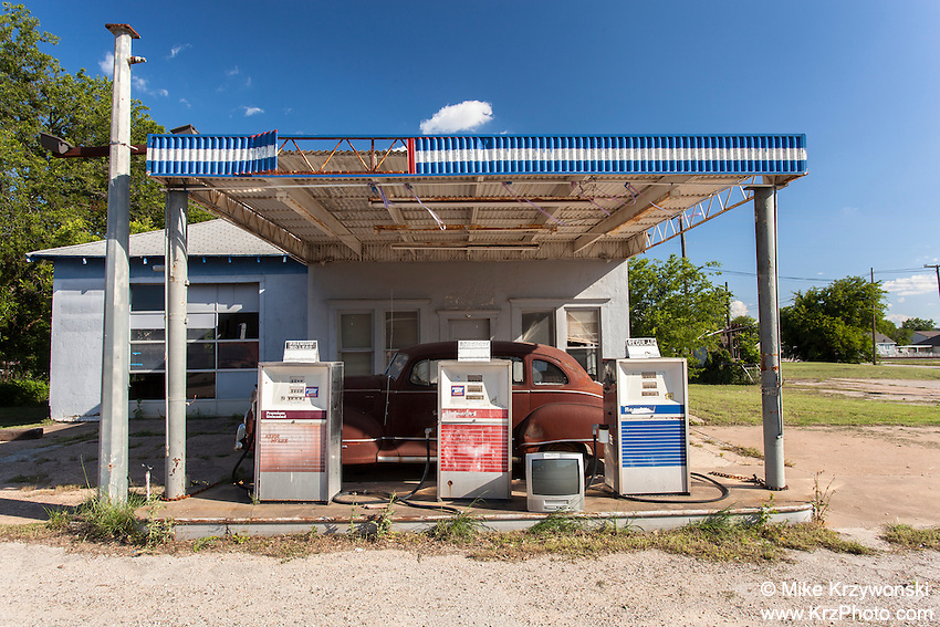 Abandoned gas station in Tolar, TX