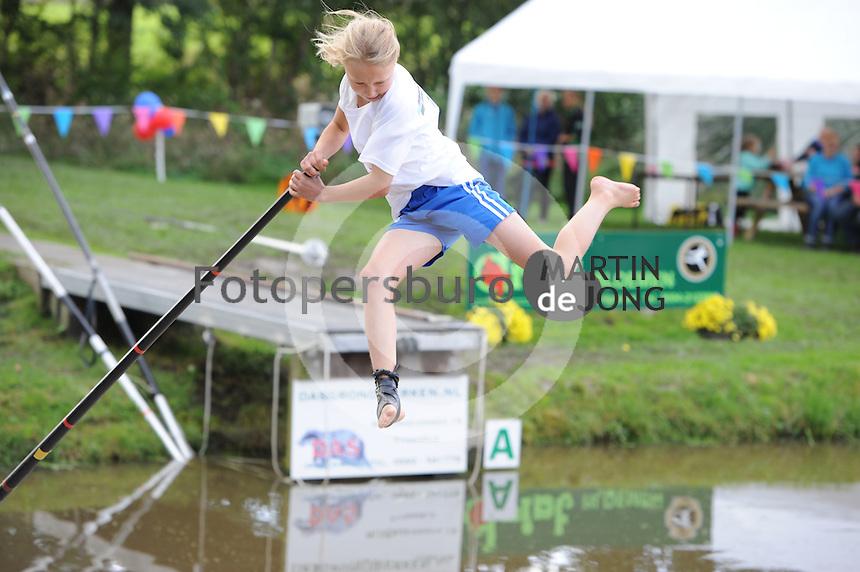 FIERLJEPPEN: GRIJPSKERK: 05-09-2015, NK Fierljeppen voor jeugd, Pytrix Westra - Bergum (meisjes 11-12 jaar), ©foto Martin de Jong