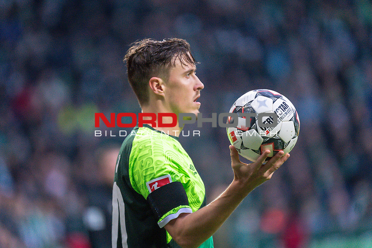 10.02.2019, Weser Stadion, Bremen, GER, 1.FBL, Werder Bremen vs FC Augsburg, <br /> <br /> DFL REGULATIONS PROHIBIT ANY USE OF PHOTOGRAPHS AS IMAGE SEQUENCES AND/OR QUASI-VIDEO.<br /> <br />  im Bild<br /> <br /> Max Kruse (Werder Bremen #10) <br /> einwurf<br /> <br /> Foto © nordphoto / Kokenge
