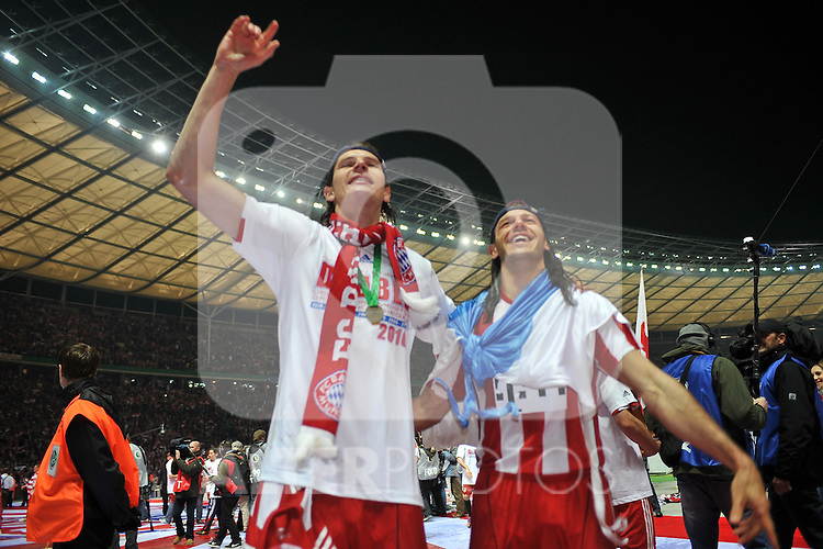 15.05.2010, Olympia Stadion, Berlin, GER, DFB Pokal Finale 2010,  Werder Bremen vs Bayern Muenchen im Bild   Daniel an Buyten (Bayern #5) und Martin Demichelis (Bayern #6) feiern..Foto © nph / Conny Kurth