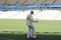 RIO DE JANEIRO, RJ, 23.01.2014 - Pitbull brinca com a bola ofiical no gramado do Maracanã após o anúncio de quem interpretará a música oficial da Copa do Mundo. (Foto. Néstor J. Beremblum / Brazil Photo Press)
