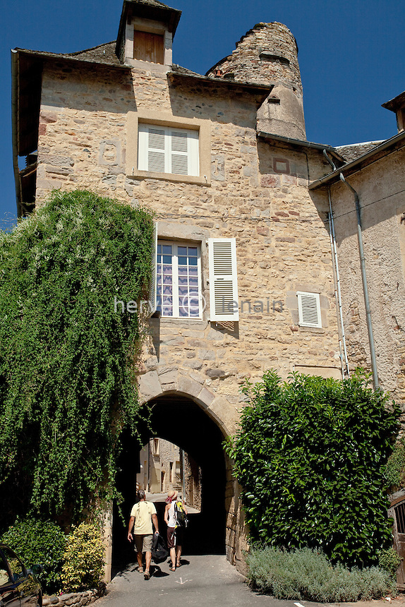 France, Aveyron (12), vallée du Lot, Saint-Côme-d'Olt, étape sur le chemin Saint-Jacques- de-Compostelle, labellisé Plus Beaux Villages de France,  la porte fortifiée du Théron et à l'arrière la tour de la maison de Pons de Caylus // France, Aveyron, the Lot valley, Saint-Côme-d'Olt, labelled Les Plus Beaux Villages de France (The most beautiful villages of France),  on el Camino de Santiago, the fortified gate of Theron and behind the tower of the house of Pons de Caylus.