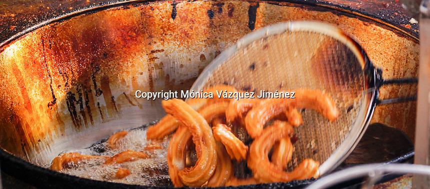 Quer&eacute;taro, Qro. 19 de octubre del 2015. Los churros de Corregidora son ya, un &iacute;cono de la ciudad tras 70 a&ntilde;os de tradici&oacute;n. Su sabor se distingue por su elaboraci&oacute;n y receta que conoce s&oacute;lo quien los hace. Actualmente quien los prepara es el se&ntilde;or El&iacute;, hijo de quien iniciara con la venta de los conocidos churros de dulce en la calle Corregidora en el centro hist&oacute;rico.<br /> Hoy en d&iacute;a son reconocidos, no s&oacute;lo por su sabor, sino tambien, por su tradici&oacute;n.