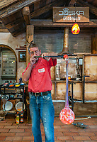 Deutschland, Bayern, Niederbayern, Naturpark Bayerischer Wald, Bodenmais: Glasblaeser der Joska Kristallwelten | Germany, Bavaria, Lower-Bavaria, Nature Park Bavarian Forest, Bodenmais: glassblower at Joska glass factory