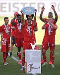 27.06.2020, Fussball: nph00001 1. Bundesliga 2019/2020, 34. Spieltag, VfL Wolfsburg - FC Bayern Muenchen, in der Volkswagen-Arena Wolfsburg. Siegerehrung nach dem Spiel: Der FC Bayern MŸnchen feiert den Gewinn der 30. Deutschen Meisterschaft. Oliver Batista Meier (mi., Bayern MŸnchen) mit der Schale<br /><br />Foto: Bernd Feil/M.i.S./ /Pool/nordphoto<br /><br />Nur fŸr journalistische Zwecke! Only for editorial use! <br /><br />GemŠ§ den Vorgaben der DFL Deutsche Fussball: nph00001 Liga ist es untersagt, in dem Stadion und/oder vom Spiel angefertigte Fotoaufnahmen in Form von Sequenzbildern und/oder videoŠhnlichen Fotostrecken zu verwerten bzw. verwerten zu lassen. DFL regulations prohibit any use of photographs as image sequences and/or quasi-video.    <br /><br />National and international NewsAgencies OUT.