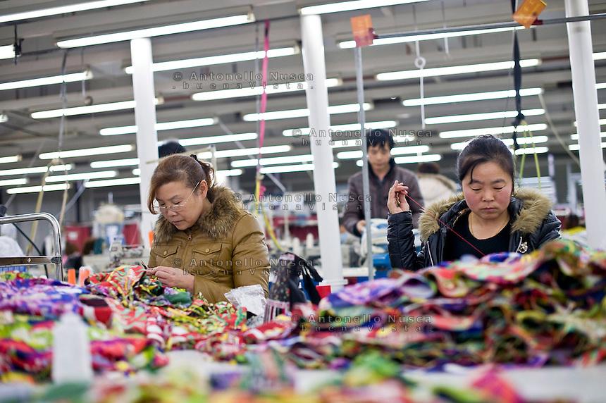 Hangzhou, Cina. Operaie nel reparto cuciture di una fabbrica di seta in Hangzou<br /> Workers in a silk factory in Hangzhou