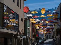 Kramergasse mit Schirmen in Imst, Tirol, &Ouml;sterreich, Europa<br /> umbrella decoration Kramergasse, Imst, Tyrol, Austria, Europe