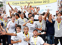 SÃO PAULO, SP,25 JANEIRO 2012 - COPA SAO PAULO DE FUTEBOL JUNIOR 2012 - <br /> Jogadores do Corinthians  comemoram titulo apos partida entre as equipes do Corinthians x Fluminense realizada no Estádio Paulo Machado de Carvalho (SP), válido pela final da Copa São Paulo de Futebol Junior 2012, na manhã desta  quarta feira (25). (FOTO: ALE VIANNA - NEWS FREE).