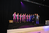 SCHAATSEN: ZAANDAM: 08-10-2013, Taets Art Gallery, Perspresentatie Team Beslist.nl, v.l.n.r. Thomas Krol - Jacques de Koning - Jesper Hospes - Sjoerd de Vries - Hein Otterspeer - Mark Tuitert - Michel Mulder - Jurre Trouw (ass. trainer/coach) - Gerard van Velde (trainer/coach), Directeur Kees Verpalen, ©foto Martin de Jong