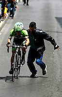 TUNJA - COLOMBIA- 20 - 02 - 2016: Un ciclista es ayudado durante la prueba ruta sub-23 varones entre las ciudades de Paipa y Tunja en una distancia 115,6 km kilometros de Los Campeonato Nacionales de Ciclismo, que se realizan en Boyaca. / A cyclist It is helped, during the route test U-23 men between the towns of Paipa and Tunja at a distance of 115,6 km of the National Cycling Championships performed in Boyaca. / Photo: VizzorImage / Cesar Melgarejo / Cont.