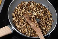 Wegwarte-Wurzel, Wegwarten-Wurzel, Wurzel, Wurzeln, Wurzelernte, Wurzeln von Wegwarte werden in einer Pfanne geröstet, Rösten, Zichorienkaffee, Muckefuck, Ersatzkaffee, Wurzelkaffee, Kaffee, Kaffeeersatz. Gemeine Wegwarte, Gewöhnliche Wegwarte, Zichorie, Cichorium intybus, Chicory, Common chicory, a root, roots, coffee substitute, roasted, La Chicorée sauvage, Chicorée amère, Chicorée commune, Chicorée intybe