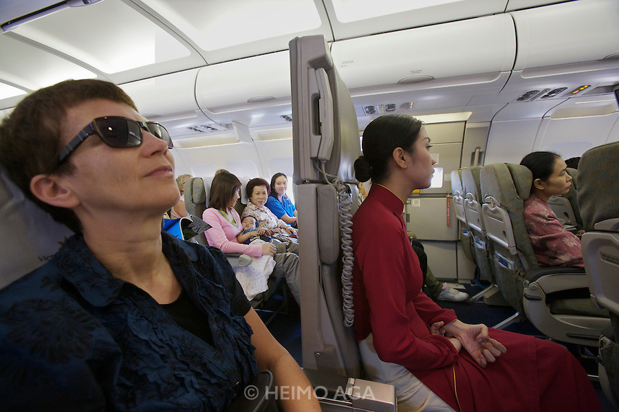 Nicole Schmidt (l.) next to a flight attendant aboard a Vietnam Airlines Airbus A320 from Ho Chi Minh City (Saigon) to Bangkok.