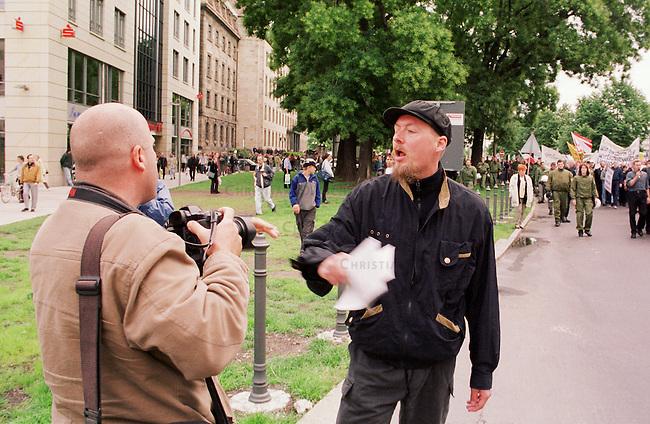 300 Anhaenger und Sympathiesanten der rechtsextremen Nationaldemokratischen Partei Deutschland (NPD) demonstrierten unter starkem Polizeischutz in Dresden unter dem Motto: &quot;Gegen die Ausbeutung Deutschlands&quot;. Aufgerufen zu dieser Demonstration im Rahmen einer sogenannten &quot;Nationalen Aktionswoche&quot; hatte der NPD-Landesverband Sachsen. Es war bereits die sechste rechtsextreme Demonstration in Dresden seit Jahresbeginn.<br /> Hier: Ein Ordner behindert mit Gewalt einen Fotografen, die Polizei schritt nicht ein.<br /> 15.7.2000, Dresden<br /> Copyright: Christian-Ditsch.de<br /> [Inhaltsveraendernde Manipulation des Fotos nur nach ausdruecklicher Genehmigung des Fotografen. Vereinbarungen ueber Abtretung von Persoenlichkeitsrechten/Model Release der abgebildeten Person/Personen liegen nicht vor. NO MODEL RELEASE! Nur fuer Redaktionelle Zwecke. Don't publish without copyright Christian-Ditsch.de, Veroeffentlichung nur mit Fotografennennung, sowie gegen Honorar, MwSt. und Beleg. Konto: I N G - D i B a, IBAN DE58500105175400192269, BIC INGDDEFFXXX, Kontakt: post@christian-ditsch.de<br /> Bei der Bearbeitung der Dateiinformationen darf die Urheberkennzeichnung in den EXIF- und  IPTC-Daten nicht entfernt werden, diese sind in digitalen Medien nach &sect;95c UrhG rechtlich gesch&uuml;tzt. Der Urhebervermerk wird gemaess &sect;13 UrhG verlangt.]