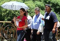 ATENCAO EDITOR FOTO EMBARGADA PARA VEICULOS INTERNACIONAIS. SAO PAULO, 20 DE DEZEMBRO 2012 - CLIMA TEMPO - Temperatura em elevacao podendo chegar a 32 graus na capital no inicio dessa tarde na regiao do elevado da Santa Efigenia nessa quinta feira, 20. (FOTO LEVY RIBEIRO - BRAZIL PHOTO PRESS)..