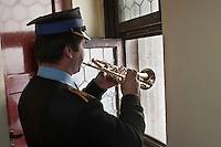 Europe/Voïvodie de Petite-Pologne/Cracovie:   Depuis le clocher de Notre Dame (Kosciol Mariacki), le pompier joue le hejnal à la trompette , on sonne les heures à la trompette du haut du clocher qui surplombe la place Rynek-   vieille ville (Stare Miasto) classée Patrimoine Mondial de l'UNESCO