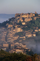 Europe/France/Midi-Pyrénées/81/Tarn/Cordes: Aube et brume matinale sur le village perché de Cordes