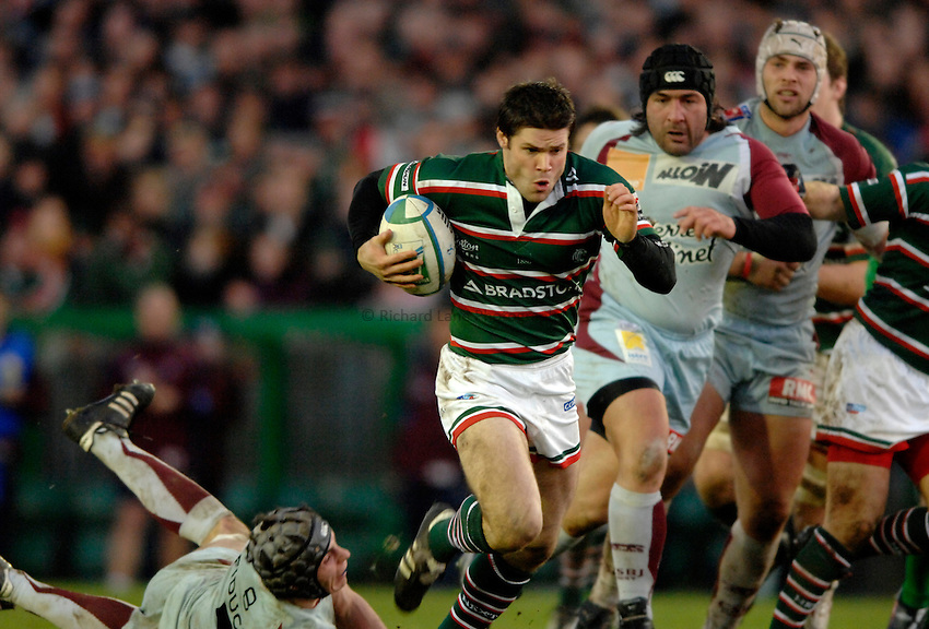 Photo: Richard Lane..Leicester Tigers v Bourgoin. Heineken Cup. 16/12/2006. .Tigers' Dan Hipkiss attacks.