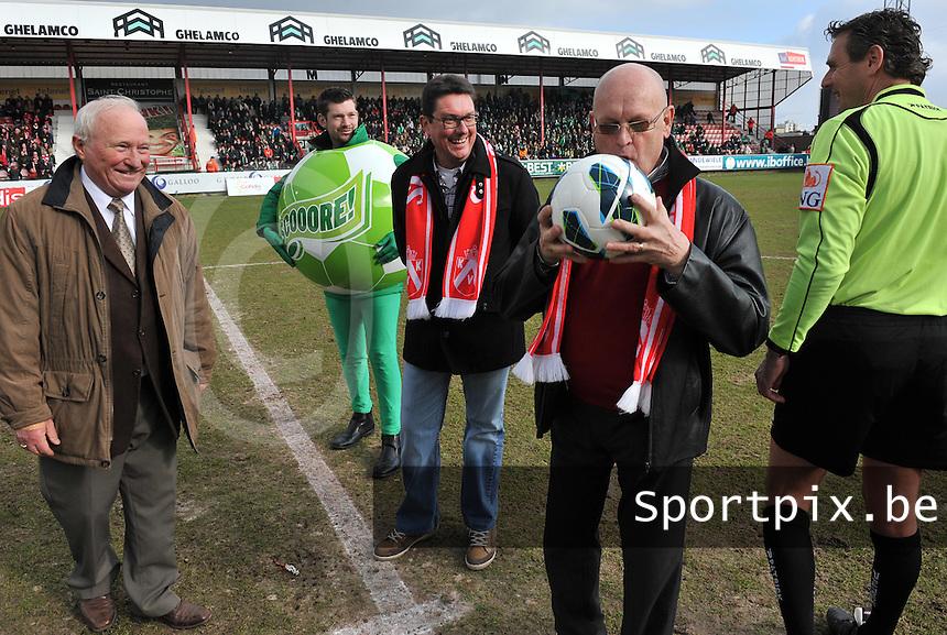 KV Kortrijk - Cercle Brugge : matchbalschenker Supportersclub Overleie aan de aftrap.foto VDB / BART VANDENBROUCKE