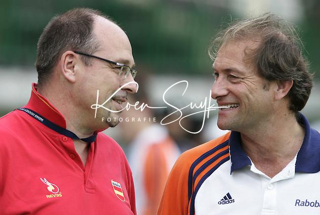 CHENNAI-Champions Trophy hockey mannen. Maurist Hendriks (l),coach van Spanje, en Roelant Olmans, bondscoach van Nederland, dinsdag voor de wedstrijd Nederland-Spanje (3-2). ANP PHOTO KOEN SUYK