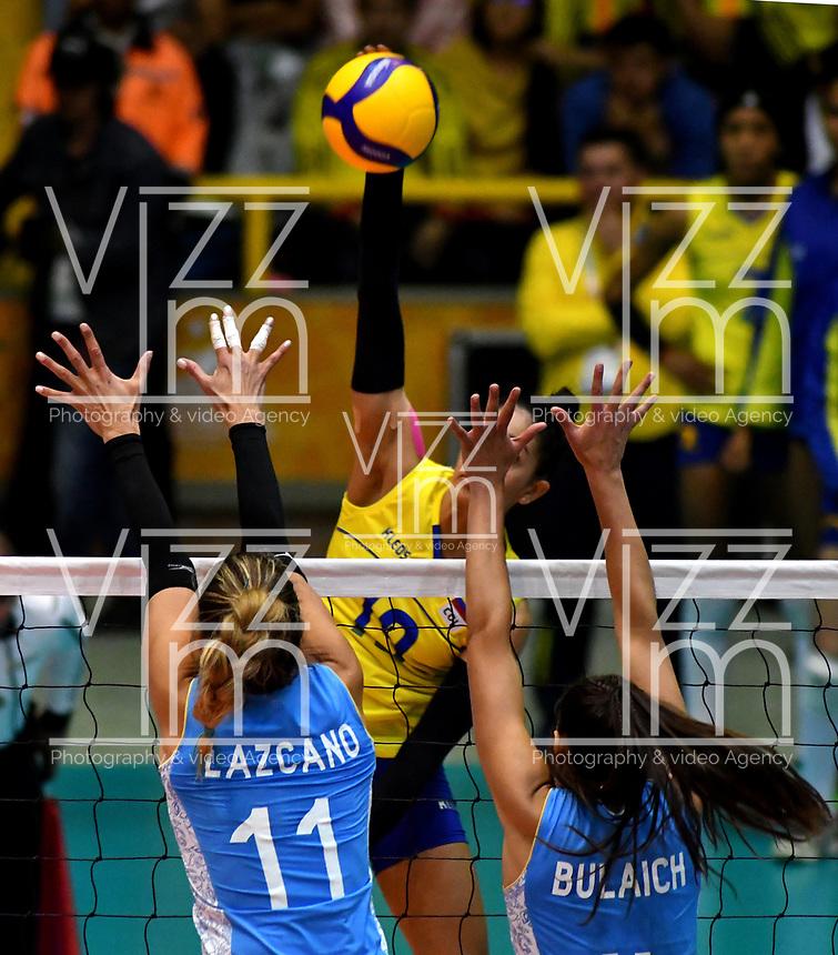 BOGOTÁ-COLOMBIA, 09-01-2020: Julieta Lazcano y Daniela Bulaich de Argentina, intentan un bloqueo al ataque de balón a Amanda Coneo de Colombia, durante partido entre Argentina y Colombia en el Preolímpico Suramericano de Voleibol, clasificatorio a los Juegos Olímpicos Tokio 2020, jugado en el Coliseo del Salitre en la ciudad de Bogotá del 7 al 9 de enero de 2020. / Julieta Lazcano and Daniela Bulaich from Argentina, trie to block the attack the ball to Amanda Coneo from Colombia, during a match between Argentina and Colombia, in the South American Volleyball Pre-Olympic Championship, qualifier for the Tokyo 2020 Olympic Games, played in the Colosseum El Salitre in Bogota city, from January 7 to 9, 2020. Photo: VizzorImage / Luis Ramírez / Staff.