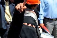 ARH014 SANÁ (YEMEN) 26/2/2011.- Una mujer yemení grita consignas durante una manifestación en contra del gobierno, en Saná, Yemen, hoy, sábado 26 de febrero de 2011. Los jefes de tribus importantes en Yemen se han unido a las manifestaciones en las que se exige la salida del presidente del país, Ali Abdalá Saleh, quien lleva 32 años en el poder. EFE/Yahya Arhab..