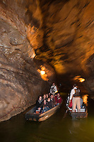 Europe/Europe/France/Midi-Pyrénées/46/Lot/Padirac: Le Gouffre de Padirac est l'une des entrées d'un réseau souterrain de plus de 40 kilomètres - Promenade en barque sur la rivière souterraine [Non destiné à un usage publicitaire - Not intended for an advertising use]