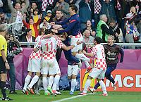 FUSSBALL  EUROPAMEISTERSCHAFT 2012   VORRUNDE Italien - Kroatien                    14.06.2012 Kroatischer Jubel nach dem 1:1 mit Ivan Rakitic, Darijo Srna, Ivan Perisic und Danijel Pranjic (v.l, alle Kroatien)
