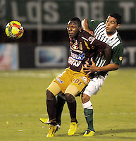 ENVIGADO -COLOMBIA-21-09-2013.Daniel Bocanegra (D) de Nacional disputa el balón con Mauricio Mendoza (I) del Tolima durante partido de la fecha 10 de la Liga Postobón II 2013 jugado en el estadio Polideportivo Sur de Envigado./ Nacional Player Daniel Bocanegra (R) fights for the ball with Tolima playerMauricio Mendoza (L) during match of the 10th date of Postobon  League II 2013 played at Polideportivo Sur stadium in Envigado city. Photo: VizzorImage/Luis Ríos/STR