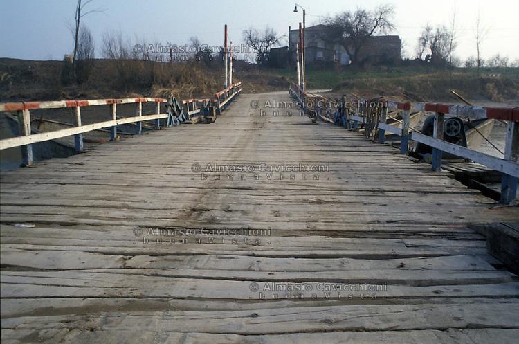 Ponte di barche a San Siro, frazione di San Benedetto Po.<br /> A pontoon bridge in the village of San Siro in the Mantua district.