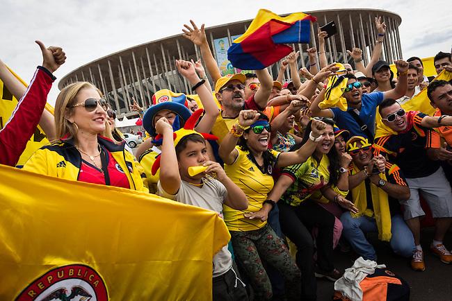 Hinchas en las afueras del Estadio de Brasilia  esperan el ingreso de la Seleccion Colombia que lleg&oacute; para su entrenamiento en Brasilia el 18 Junio 2014.<br /> <br />  Lorenzo Moscia/Archivolatino<br /> <br /> lCOPYRIGHT: Archivolatino<br /> Solo para uso editorial, prohibida su venta y su uso comercial.eccion Colombia en Brasilia