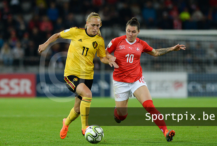 20181009 – BIEL BIENNE , SWITZERLAND : Belgian Janice Cayman (left) pictured in a duel with Swiss Ramona Bachmann during the female soccer game between Switzerland and the Belgian Red Flames , the second leg in the semi finals play offs for qualification for the World Championship in France 2019 ; the first leg ended in equality 2-2 ;  Tuesday 9 th october 2018 at The Tissot Arena  in BIEL BIENNE , Switzerland . PHOTO SPORTPIX.BE | DAVID CATRY