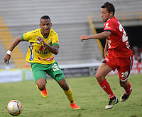 IBAGUE - COLOMBIA -30 -09-2016: Jerry Ortiz (Izq.) jugador de Atletico Huila disputa el balón con Jimmy Mican (Der.) jugador de Fortaleza C.E.I.F, durante partido entre Atletico Huila y Fortaleza C.E.I.F, por la fecha 15 de la Liga Aguila II 2016 en el estadio Manuel Murillo Toro de Ibague. / Jerry Ortiz (L), player of Atletico Huila vies for the ball with Jimmy Mican (R) player of Fortaleza C.E.I.F, during a match between Atletico Huila and Fortaleza C.E.I.F, for the date 15 of the Liga Aguila II 2016 at the Manuel Murilo Toro Stadium in Ibague city. Photo: VizzorImage  / Juan C Escobar / Cont.