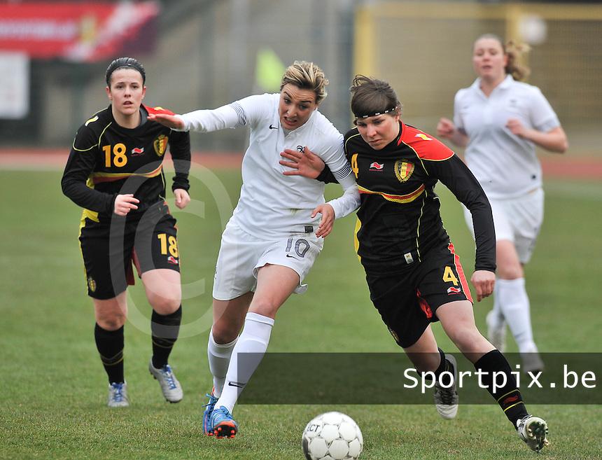 France U19 - Belgium U19 : duel tussen Karen Verrydt (rechts) en  Claire Lavogez.foto DAVID CATRY / Nikonpro.be