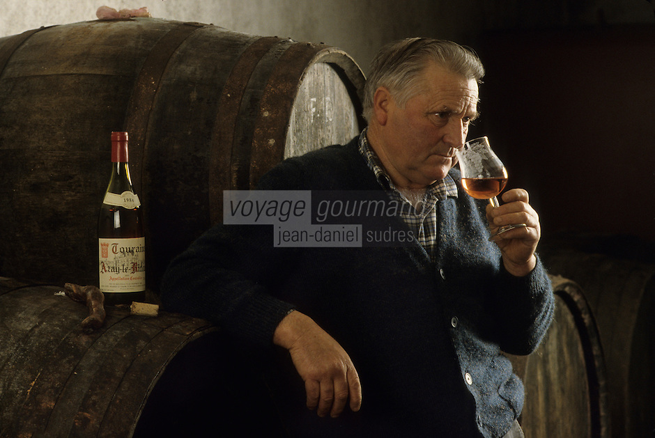 Europe/France/Centre/Indre-et-Loire/Vallée de la Loire/Azay-le-Rideau : Robert Denis déguste le rosé de Touraine [Non destiné à un usage publicitaire - Not intended for an advertising use]<br /> PHOTO D'ARCHIVES // ARCHIVAL IMAGES<br /> FRANCE 1990