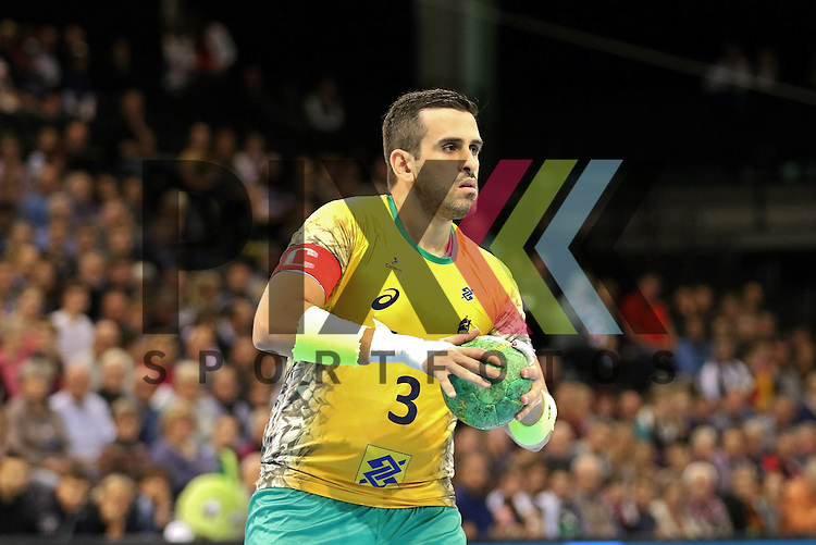 Flensburg, 06.11.15, Sport, Handball Supercup 2015, Deutschland-Brasilien : Bei einem 7 Meter, Fernando Pacheco (Brasilien, #03)<br /> <br /> Foto &copy; PIX-Sportfotos *** Foto ist honorarpflichtig! *** Auf Anfrage in hoeherer Qualitaet/Aufloesung. Belegexemplar erbeten. Veroeffentlichung ausschliesslich fuer journalistisch-publizistische Zwecke. For editorial use only.
