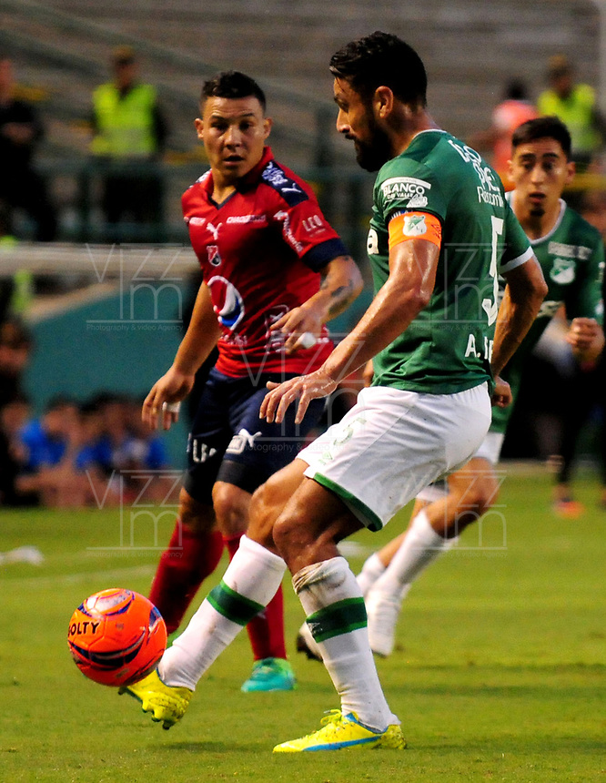 CALI - COLOMBIA - 01 - 06 - 2017: Andres Perez (Der.) jugadores de Deportivo Cali disputa el balón con Luis Arias (Izq.) jugador de Deportivo Independiente Medellin, durante partido de ida de los cuartos de final entre Deportivo Cali y Deportivo Independiente Medellin, por la Liga Aguila I-2017, jugado en el estadio Deportivo Cali (Palmaseca) de la ciudad de Cali.  / Andres Perez (R) player of Deportivo Cali vies for the ball with Luis Arias (L) player of Deportivo Independiente Medellin, during a match of the first leg of the quarte of finals between Deportivo Cali and Deportivo Independiente Medellin, for the Liga Aguila I-2017 at the Deportivo Cali (Palmaseca) stadium in Cali city. Photo: VizzorImage  / Nelson Rios / Cont.