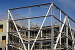 DEN BOSCH - Langs de snelweg A2 in Den Bosch bouwt BAM Utiliteitsbouw aan het nieuwe hoofdkantoor van softwareleverancier SAP Nederland. Het door Kraaijvanger Urbis ontworpen complex krijgt acht bouwlagen, een halfverdiepte parkeerlaag voor 375 auto?s en een kantooroppervlakte van 11.500 m2. De gevel zal worden voorzien van Chinees basalt, met een groot glazen atrium aan de snelwegzijde. COPYRIGHT TON BORSBOOM