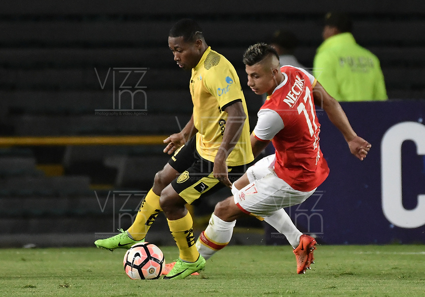 BOGOTÁ - COLOMBIA, 25-07-2017: Juan Daniel Roa (Der) jugador de Independiente Santa Fe de Colombia disputa el balón con Wagner Valencia Gomez (Izq) jugador de Fuerza Amarilla de Ecuador, durante partido por la segunda fase, llave 8, de la Copa CONMEBOL Sudamericana 2017  jugado en el estadio Nemesio Camacho El Campin de la ciudad de Bogotá. / Juan Daniel Roa (R) player of Independiente Santa Fe of Colombia fights for the ball with Wagner Valencia Gomez (L) player of Fuerza Amarilla of Ecuador during the match for the second phase, key 8, of the Copa CONMEBOL Sudamericana 2017  played at Nemesio Camacho El Campin stadium in Bogota city.  Photo: VizzorImage / Gabriel Aponte / Staff
