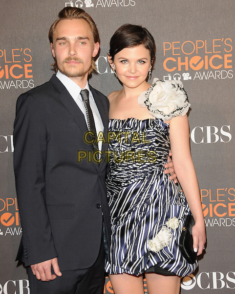 JOEY KERN & GINNIFER GOODWIN.Arrivals at the 2010 People's Choice Awards held at the Nokia Theater L.A. Live in Los Angeles, California, USA. .January 6th, 2010.half length strapless one shoulder blue white print dress flower corsage black sandals clutch bag shoulder striped navy suit couple .CAP/RKE/DVS.©DVS/RockinExposures/Capital Pictures.