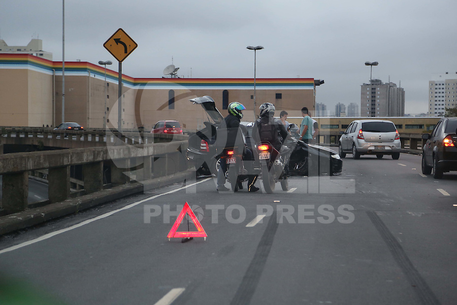 SÃO PAULO, SP, 2012/06/02, ACIDENTE LIGAÇÃO LESTE OESTE.<br /> Manhã de vários acidentes na capital paulista, um veiculo capotou na Ligação Leste Oeste sentido Z.Leste.<br /> Luiz Guarnieri/ Brazil Photo Press