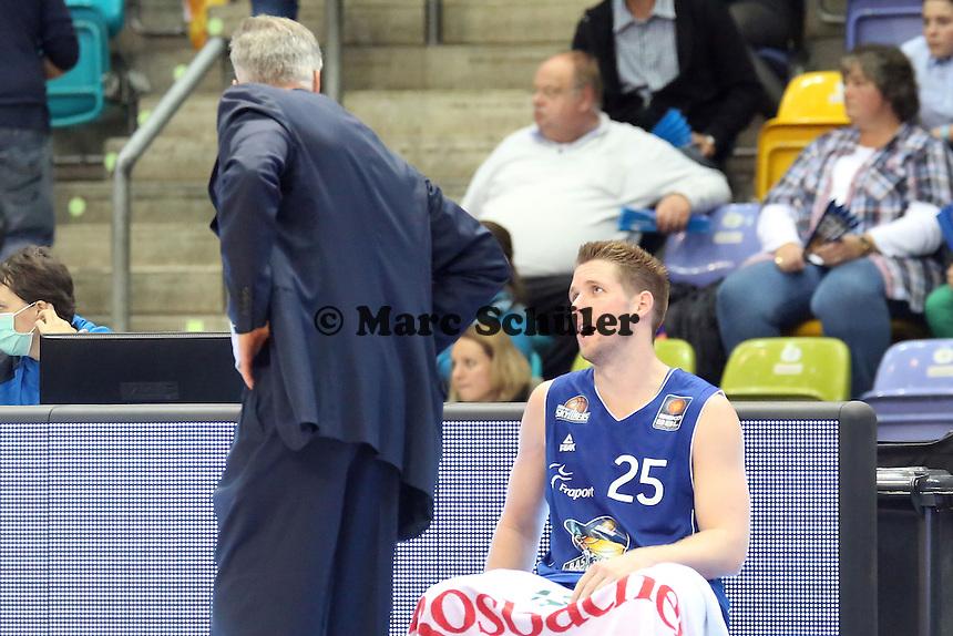 Jacob Burtschi mit Trainer Gordon Herbert (Skyliners) - Fraport Skyliners vs. EWE Baskets Oldenburg, Fraport Arena Frankfurt