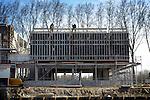 NIEUWEGEIN - In Nieuwegein gebaart een medewerker van bouwbedrijf Barten uit Driebergen nauwkeurig aan een kraanmachinist waar hij het beton wil hebben. De betonstort voor het nieuwe kantoor voor het Waterdistrict op de Zuidersluis in opdracht van de Rijksgebouwendienst, vindt plaats vlak naast het water zodat de kraan noodgedwongen wat verderop staat. Het voormalige, gesloopte kantoor was ooit de opstapplaats voor minister Peijs die vanaf het water te zien kreeg, hoe slecht het onderhoud aan de kunstwerken langs en over het water was. COPYRIGHT TON BORSBOOM.