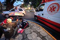 MOGI DAS CRUZES,SP,14 DE MARCO DE 2013,ACIDENTE DE TRANSITO EM MOFI DAS CRUZES,Entre o cruzamento das ruas Otto Unger e Dr Correa no centro de Mogi das Cruzes na grande Sao Paulo um ciclista foi atropelado no fim de tarde desta Quarta 14 por um Celta Vermelho com placa ETA 5548 de Mogi das Cruzes SP,segundo testemunhas o ciclista vinha em alta velocidade pela Rua Dr Correa quando o veiculo Celta nao o viu e bateu no ciclista,a viatura do SAMU esteve no local para atender a vitima que nao corre perigo de vida e sera levado para o Hospital Luzia de Pinho Melo em Mogi das Cruzes,FOTO:WARLEY LEITE/BRAZIL PHOTO PRESS