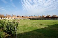 Monastero Certosa di Pavia. Il chiostro grande con le celle dei monaci --- The monastery Certosa di Pavia. The Grand Cloister with the cells of the monks