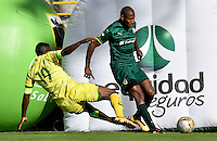BOGOTA - COLOMBIA -05 -11-2016: Elvis Mosquera (Der.) jugador de La Equidad disputa el balón con Michael Balanta (Izq.) jugador de Atletico Bucaramanga, durante partido entre La Equidad y Atletico Bucaramanga, por la fecha 19 de la Liga Aguila II-2016, jugado en el estadio Metropolitano de Techo de la ciudad de Bogota. / Elvis Mosquera (R) player of La Equidad vies for the ball with Michael Balanta (L) player of Atletico Bucaramanga, during a match La Equidad and Atletico Bucaramanga, for the  date 19 of the Liga Aguila II-2016 at the Metropolitano de Techo Stadium in Bogota city, Photo: VizzorImage  / Luis Ramirez / Staff.